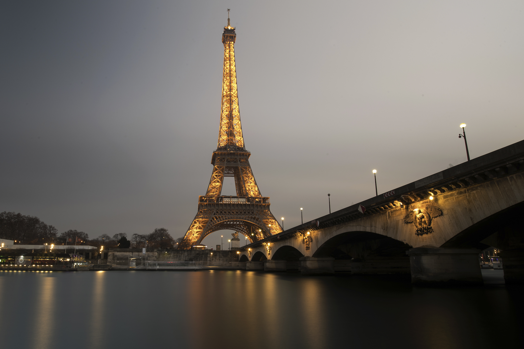 A long time-exposure at dusk shows the Eiffel Tower and the Seine River in Paris, France, January 17, 2017.   REUTERS/Philippe Wojazer - RTSVYAS
