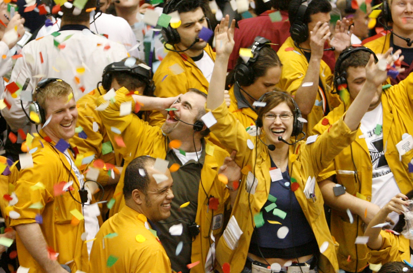 Clerks and traders in the Euro Dollar pit at the Chicago Mercantile Exchange celebrate the New Year at the close of trading on the last business day of the year December 29, 2006. REUTERS/John Gress (UNITED STATES) - GM1DUGRBXNAA