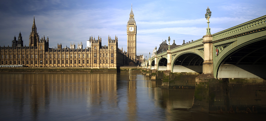 The Big Ben clock tower and the Houses of Parliament, left, are seen standing alongside the River Thames and Westminster Bridge in London, U.K., on Wednesday, March 5, 2014. U.K. stocks declined, after the FTSE 100 Index posted its biggest rally in eight months, as investors awaited data on jobs and services from the U.S. Photographer: Matthew Lloyd/Bloomberg