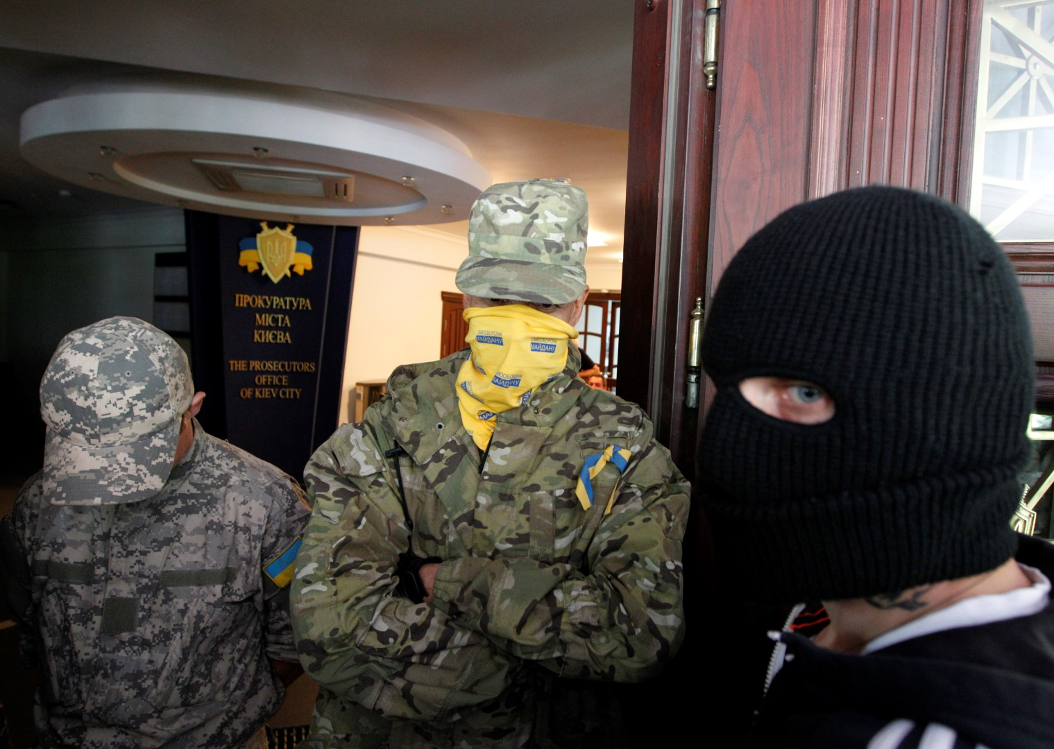 Maidan self-defence activists prevent a member of the Ukrainian far-right radical group Right Sector (R) entering the Prosecutor's Office in Kiev June 13, 2014. REUTERS/Valentyn Ogirenko (UKRAINE - Tags: POLITICS CIVIL UNREST) - GM1EA6D1KE401