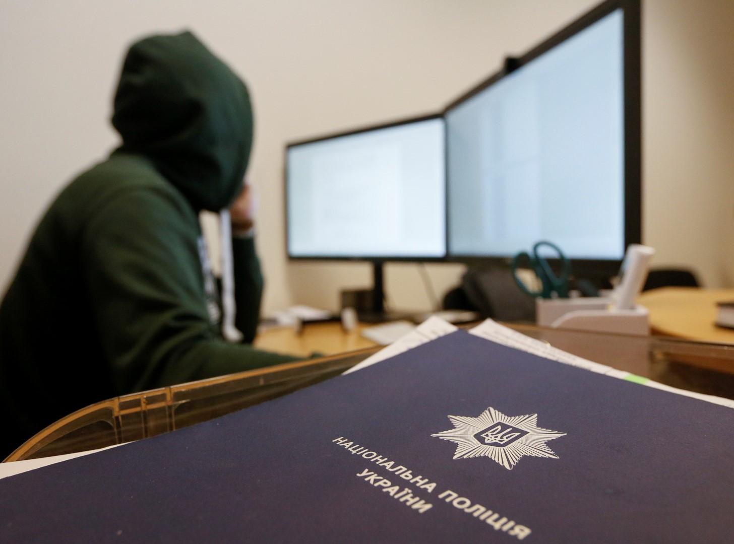 An employee works at the Ukrainian Cyber Police headquarters in Kiev, Ukraine November 2, 2017.  REUTERS/Valentyn Ogirenko - RC1449D41F70