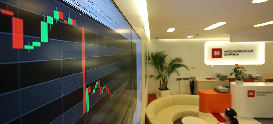 An electronic board displays a drop in the stock price index curve at the Micex-RTS Moscow Exchange, Russia's benchmark stock index, the day after the downing of the Malaysia Airlines System Bhd. jet Flight MH17, in Moscow, Russia, on Friday, July 18, 2014. Russia's Micex stock index fell 1.6 percent at 4:22 p.m. in Moscow, following a 2.3 percent decline yesterday. Photographer: Andrey Rudakov/Bloomberg